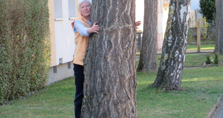 Frau mit Baum