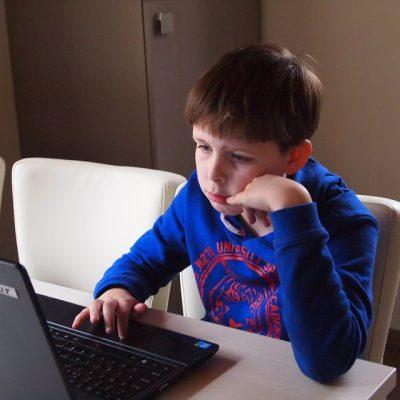Junge am PC